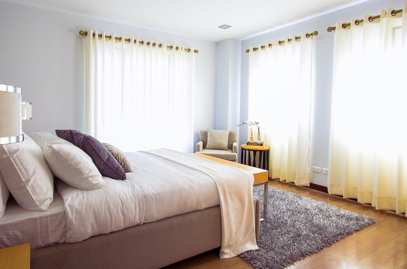 white bed comforter during daytimne 90317 - Chambre d'Hôtes Référence®